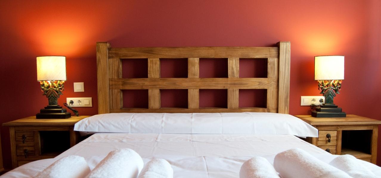 Casa reyno de bardenas casas rurales para grupos grandes for Dormitorio granate